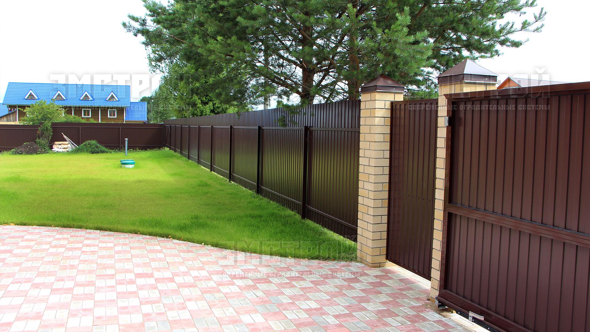 Забор из профнастила: плюсы и минусы, монтаж